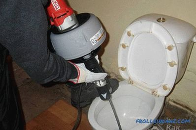 What to do if the toilet is clogged and water does not go away